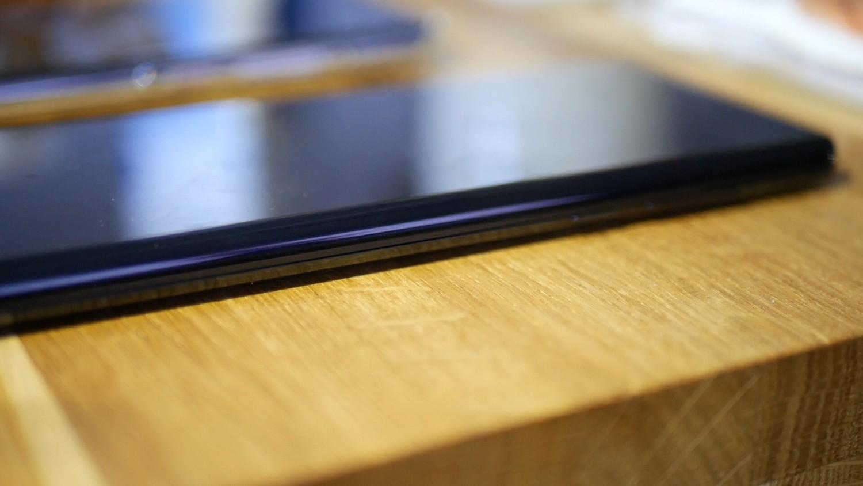 Motorola Edge z podświetlonymi krawędziami / fot. Kacper Żarski